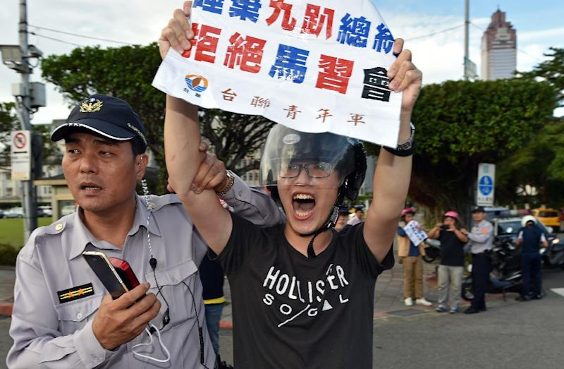 A pro-independence activist protests against the upcoming Ma-Xi meeting during a demonstration in Taipei, on November 4, 2015 (AFP Photo/Sam Yeh)