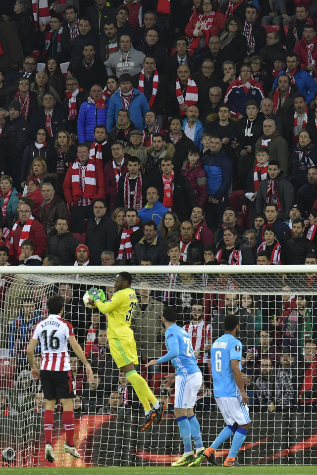 Marseille goalkeeper Steve Mandanda, second left, catches the ball during their Europa League round of 16, 2nd leg, match between Athletic Bilbao and Olympique Marseille, at San Mames stadium, in Bilbao, northern Spain, Thursday, March 15, 2018. (AP Photo/Alvaro Barrientos)