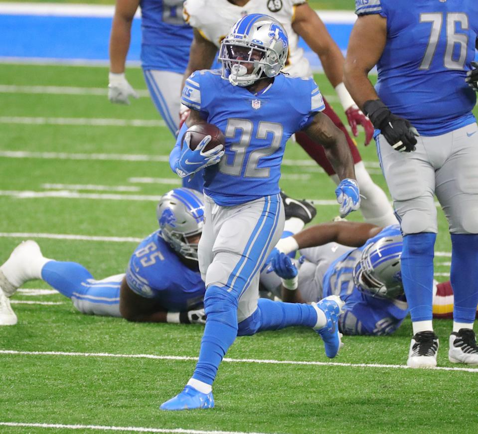 Lions running back D'Andre Swift runs by Washington Football Team defenders during the first half at Ford Field on Sunday, Nov. 15, 2020.
