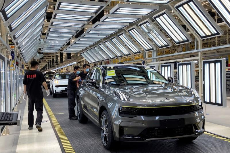 FILE PHOTO: FILE PHOTO: Employees wearing face masks work on a Lynk &Co car production line at Geely's Yuyao plant in Ningbo