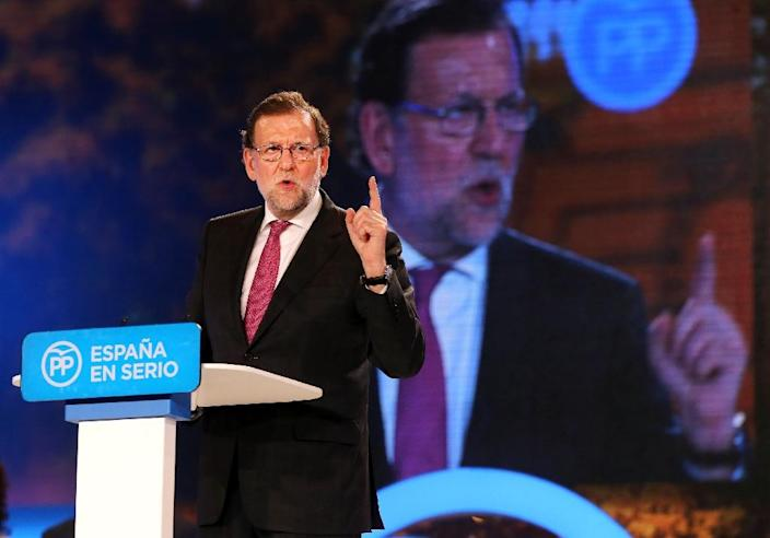 Spanish Prime Minister and Popular Party (PP) leader and candidate for the upcoming general election, Mariano Rajoy speaks during a meeting held on the last day of the official electoral campaign, in Madrid on December 18, 2015 (AFP Photo/Cesar Manso)