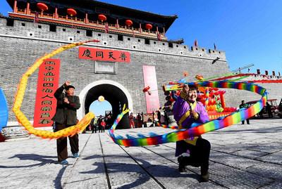 Inheritors of intangible cultural heritages are performing the Chinese yo-yo in the temple fair held in Qingzhou Ancient City Tourist Area in Weifang, which attracts many tourists for Spring Festival celebrations.