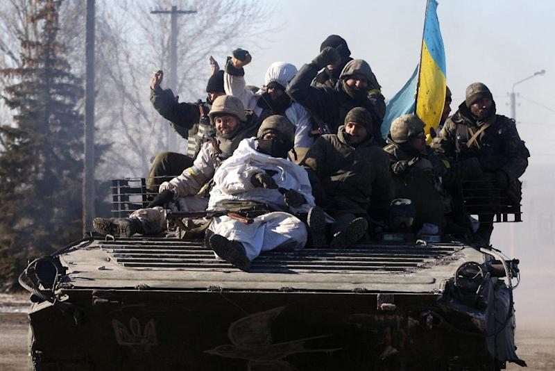 Ukrainian soldiers leave the eastern city of Debaltseve after troops were pulled out from the key town, on February 18, 2015 (AFP Photo/Anatolii Stepanov)