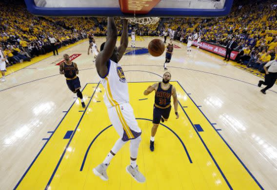 <p>Golden State Warriors' Draymond Green, center, dunks against the Cleveland Cavaliers during the second half in Game 1 of basketball's NBA Finals Thursday, June 1, 2017, in Oakland, Calif. (AP Photo/Marcio Jose Sanchez) (圖片來源:The Associated Press) </p>