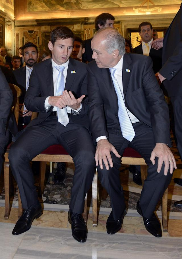 VATICAN CITY, VATICAN - AUGUST 13: Head coach Alejandro Sabella and Lionel Messi of Argentina (L) during a private audience with Pope Francis at The Vatican on August 13, 2013 in Vatican City, Vatican. (Photo by Claudio Villa/Getty Images)
