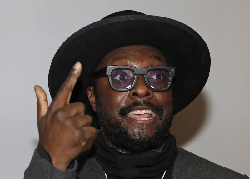 Qantas urges rapper will.i.am to withdraw racism accusation against staffer