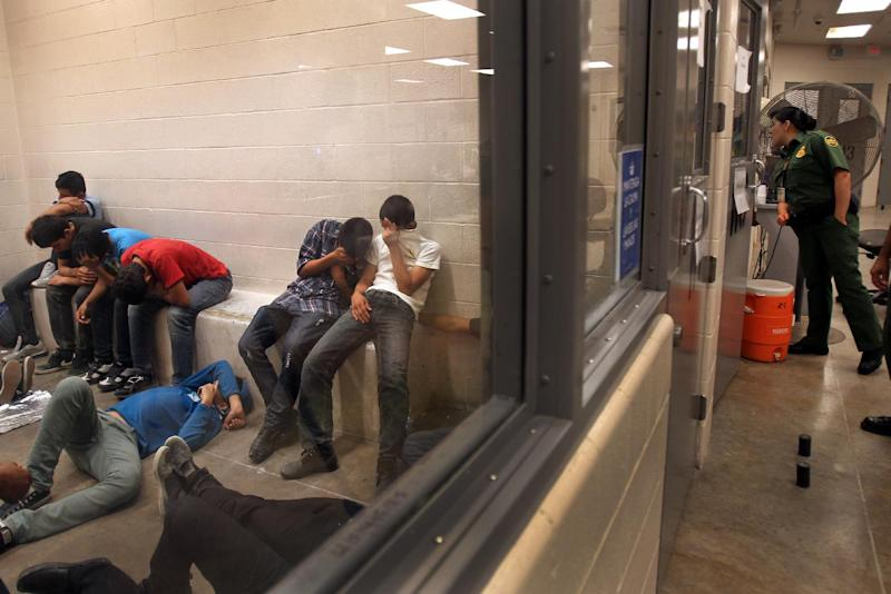 Young immigrants who have been caught crossing the border illegally are housed inside the Border Patrol Station in McAllen, Texas, July 15, 2014 (AFP Photo/Rick Loomis)