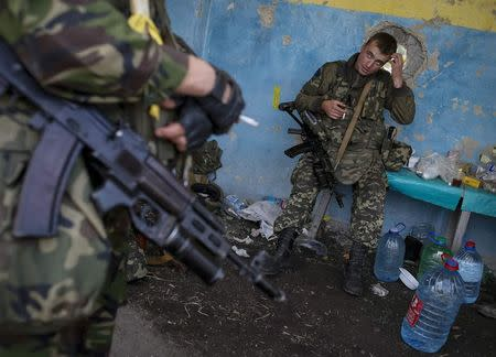 Members of the Ukrainian national guard stand at a checkpoint nearby the town of Slavyanoserbsk, in Luhansk region September 10, 2014. REUTERS/Gleb Garanich