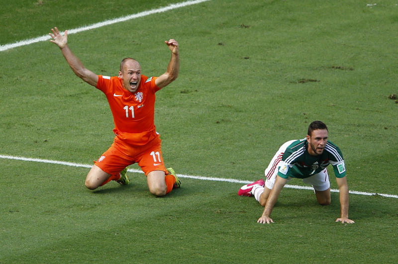 Arjen Robben of the Netherlands (L) appeals for a penalty next to Mexico's Miguel Layun during their 2014 World Cup round of 16 game at the Castelao arena in Fortaleza June 29, 2014. REUTERS/Mike Blake (BRAZIL - Tags: SOCCER SPORT WORLD CUP)