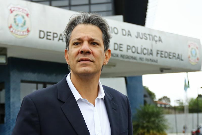 Brazilian former Education Minister (2005-2012) Fernando Haddad arrives at Brazil's Federal Police headquarters in Curitiba, Brazil, on September 5, 2019 to visit jailed former Brazilian President Luis Inacio Lula da Silva. (Photo by Heuler Andrey / AFP) (Photo credit should read HEULER ANDREY/AFP via Getty Images)