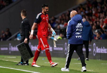 Soccer Football - International Friendly - Spain vs Argentina - Wanda Metropolitano, Madrid, Spain - March 27, 2018 Argentina's Sergio Romero is substituted after sustaining an injury REUTERS/Javier Barbancho