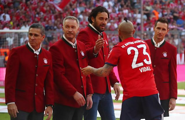 Soccer Football - Bundesliga - Bayern Munich v VfB Stuttgart - Allianz Arena, Munich, Germany - May 12, 2018 Bayern Munich's Arturo Vidal and shakes the hand of former player Luca Toni after the match REUTERS/Michael Dalder DFL RULES TO LIMIT THE ONLINE USAGE DURING MATCH TIME TO 15 PICTURES PER GAME. IMAGE SEQUENCES TO SIMULATE VIDEO IS NOT ALLOWED AT ANY TIME. FOR FURTHER QUERIES PLEASE CONTACT DFL DIRECTLY AT + 49 69 650050