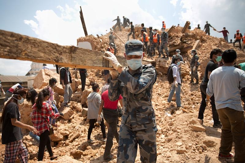 Nepalese civilians and police clear rubble at the Narayan temple in Kathmandu, on May 2, 2015 (AFP Photo/Menahem Kahana)