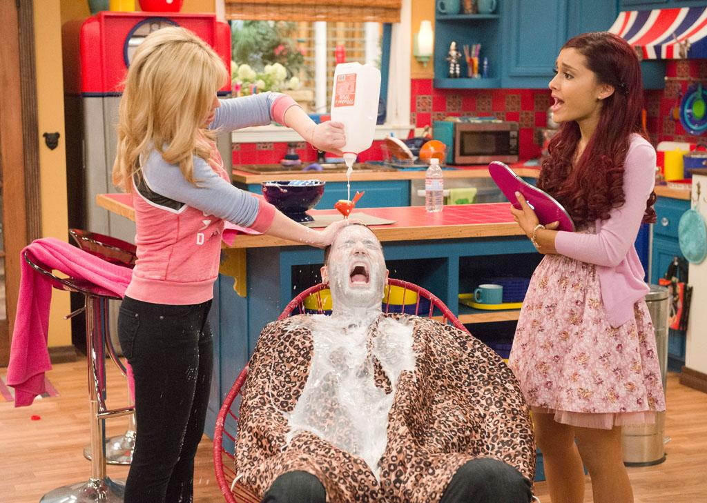 "Cat Valentine (Ariana Grande), Sam Puckett (Jennette McCurdy), and Goomer (Zoran Korach) in the ""Sam & Cat"" episode, ""#GoomerSitting."""