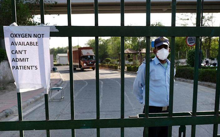 A notice on a gate indicates that there is no oxygen at the Covid-19 Care Center set up at the Commonwealth Games Village Sports Complex in New Delhi, India - T. Narayan/Bloomberg