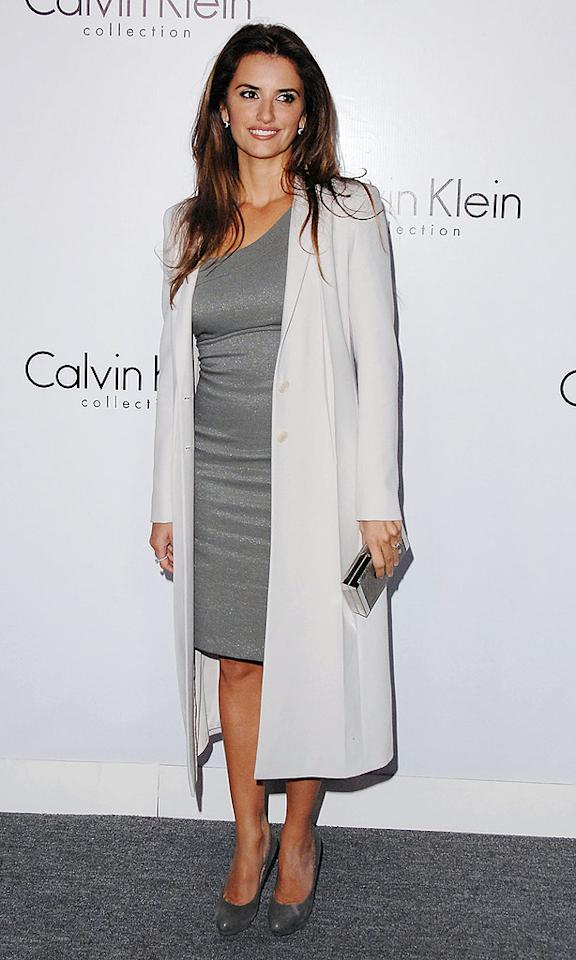 """Javier Bardem's leading lady, Penelope Cruz, looked effortlessly gorgeous as usual and carried the night's most popular accessory -- a rectangular clutch. Jon Kopaloff/<a href=""""http://www.filmmagic.com/"""" target=""""new"""">FilmMagic.com</a> - January 28, 2010"""
