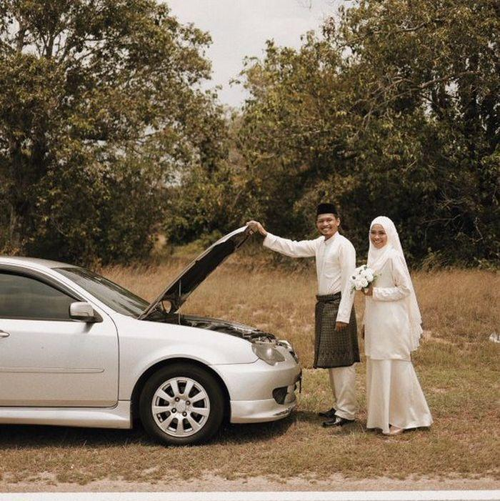 The newlyweds' broken-down vehicle was utilised as a handy prop during the photoshoot. — Picture via Twitter/apihazmi