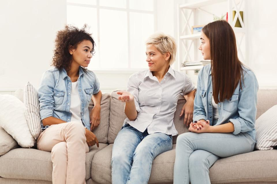friends talking on couch things you should never say to a single parent