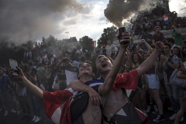 PIL07. Paris (France), 15/07/2018.- French supporters celebrate their team's victory after the FIFA World Cup 2018 final match between France and Croatia, on Place de la Bastille in Paris, France, 15 July 2018. (Croacia, Mundial de Fútbol, Francia) EFE/EPA/ROMAN PILIPEY
