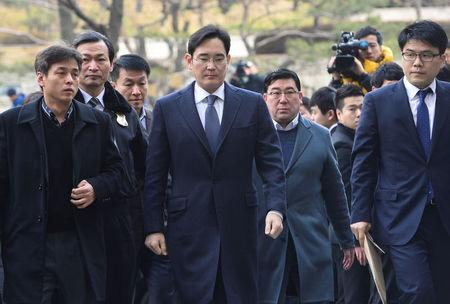 Samsung Group chief, Jay Y. Lee, arrives at the Seoul Central District Court in Seoul, South Korea, February 16, 2017.   Shin Wong-soo/News1 via REUTERS