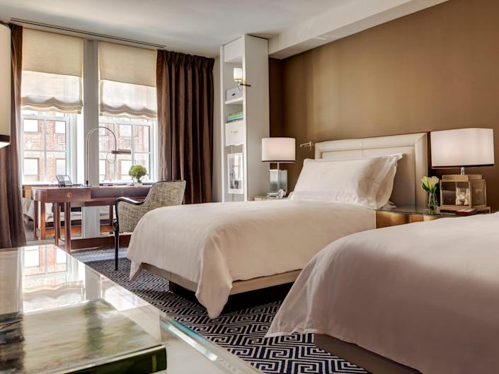 Carlyle Hotel - Deluxe twin bedroom