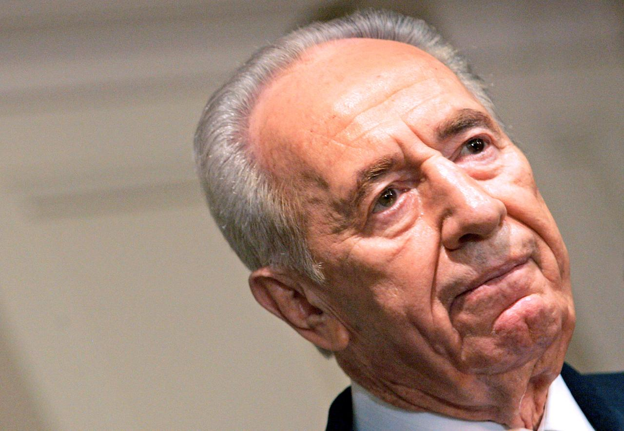 Israeli Vice Premier Shimon Peres speaks on the crisis in the Middle East as he addresses the Conference of Presidents of Major American Jewish Organizations during a visit to New York in this July 31, 2006 file photo.  REUTERS/Mike Segar/Files