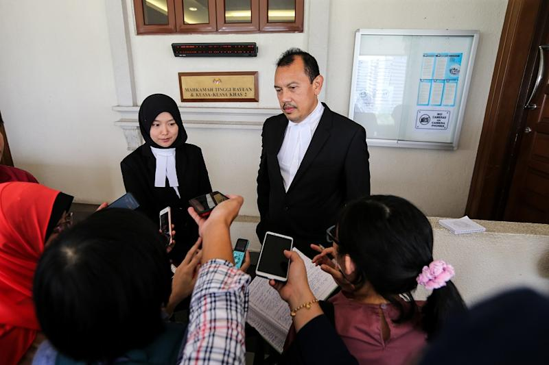 Lawyer for the Muslim convert ex-wife, Rohani Ibrahim, and lawyer for the Federal Territories Registrar of Muslim Converts, Zulkifli Che Yong, speak to reporters at the Kuala Lumpur High Court October 16, 2018. — Picture by Ahmad Zamzahuri