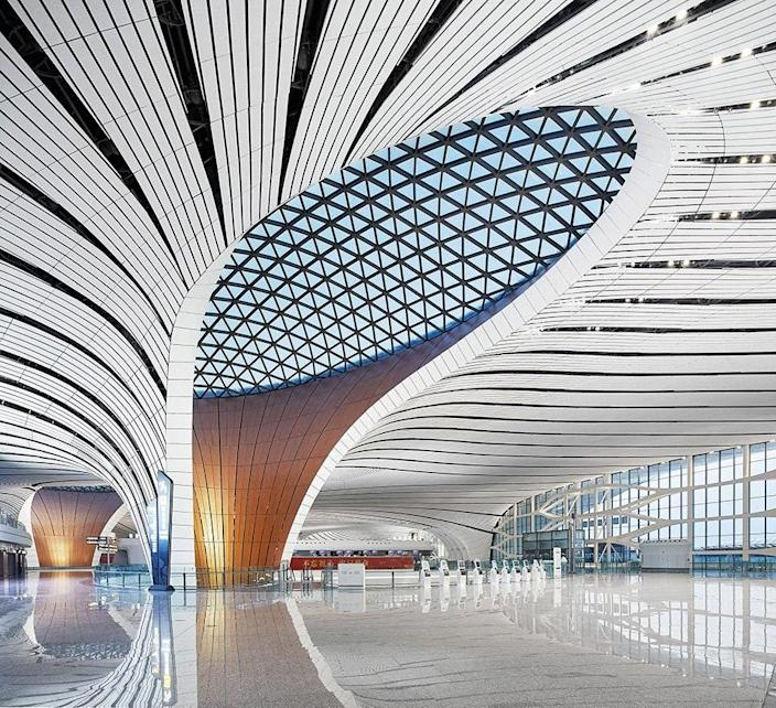 Inspired by Chinese architectural traditions, the dramatic interior spaces of the airport are arranged around a central courtyard. Skylights bring in light and help guide passengers through the terminals.