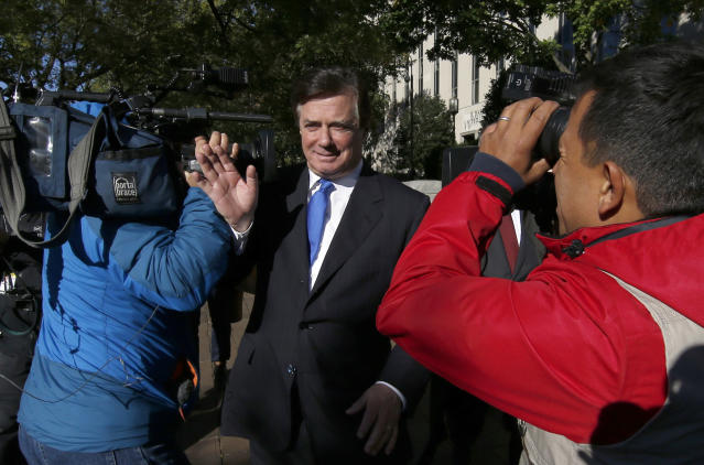 Paul Manafort makes his way past photographers as he walks from Federal District Court in Washington on Monday. (Photo: Alex Brandon/AP)