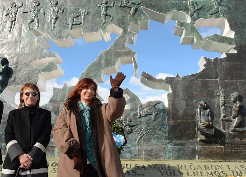 A handout picture released by the Argentine presidency shows President Cristina Kirchner attending a ceremony to honor the soldiers who died in the South Atlantic conflict between Great Britain and Argentina, in Ushuaia on April 2, 2015 (AFP Photo/)