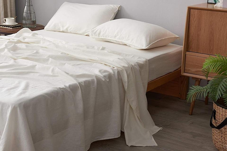 """<p>Buying bedding online can be tricky—you can't check the options out in person to see how soft or crisp they are, so you have to rely on descriptions and photos to <a href=""""https://www.housebeautiful.com/shopping/a32983515/sheet-thread-count-buying-guide/"""" rel=""""nofollow noopener"""" target=""""_blank"""" data-ylk=""""slk:find the right sheets for you"""" class=""""link rapid-noclick-resp"""">find the right sheets for you</a>. But, that's where reviews come in especially handy. When you find sheets that hundreds or even thousands of customers can't stop raving about on the internet, you can narrow down your options and feel pretty confident about your purchase knowing that other people out there love them. </p><p>If you're scouring Amazon for that perfect <a href=""""https://www.housebeautiful.com/shopping/home-accessories/g25850120/best-sheets/"""" rel=""""nofollow noopener"""" target=""""_blank"""" data-ylk=""""slk:new set of sheets"""" class=""""link rapid-noclick-resp"""">new set of sheets</a>, let the reviews guide you to the right bedding for you. These sheets, which range from microfiber to cotton (as well as a bamboo option and a cozy linen pick!), are among Amazon's best-sellers, many of which have racked up reviews in the tens of thousands and have near-perfect star ratings. And the best part? Almost all of these sheet sets come in at under $50 for a queen set, with many of them under $25. </p>"""