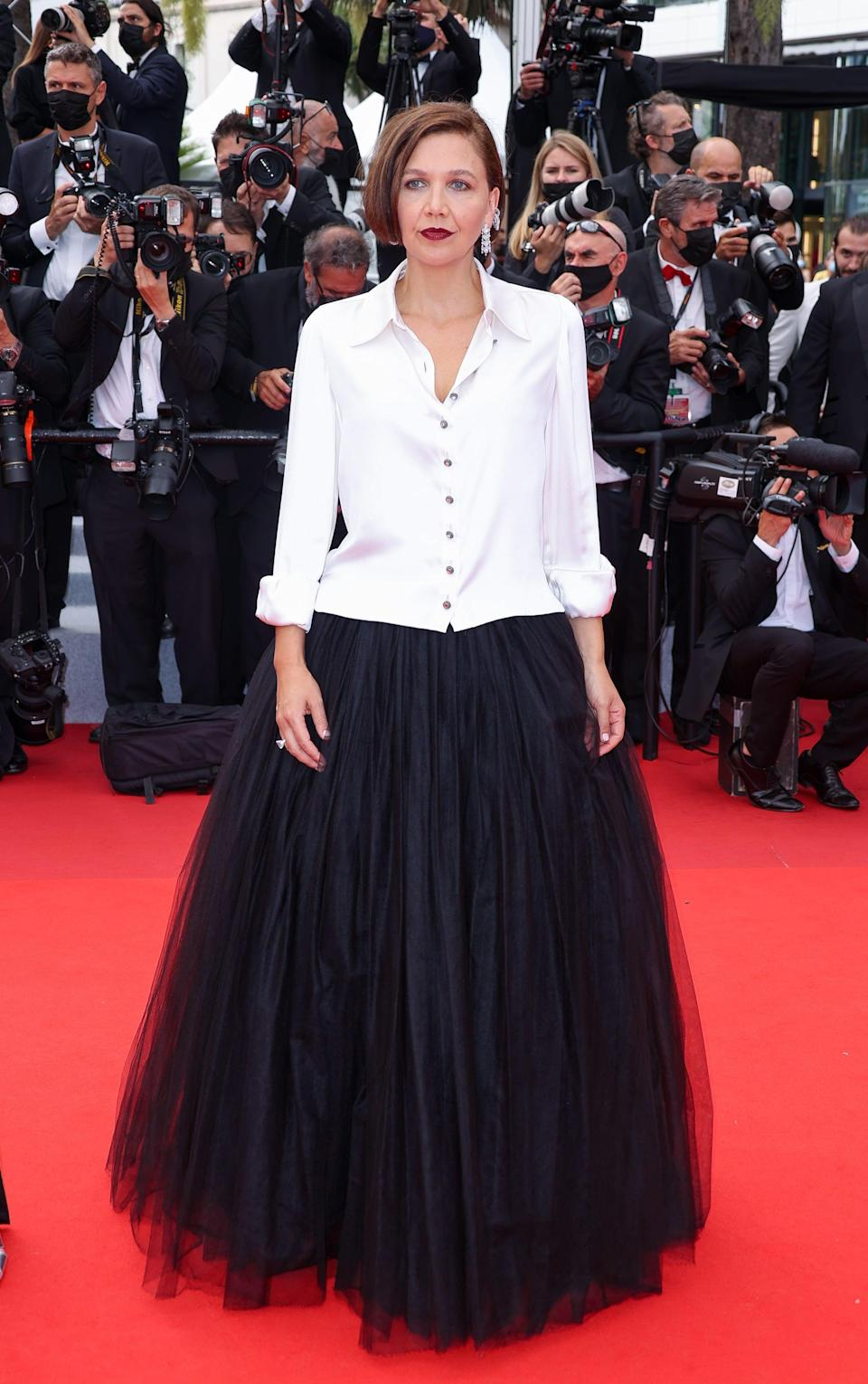 <p>Wearing a white and black Chanel Couture look. </p>