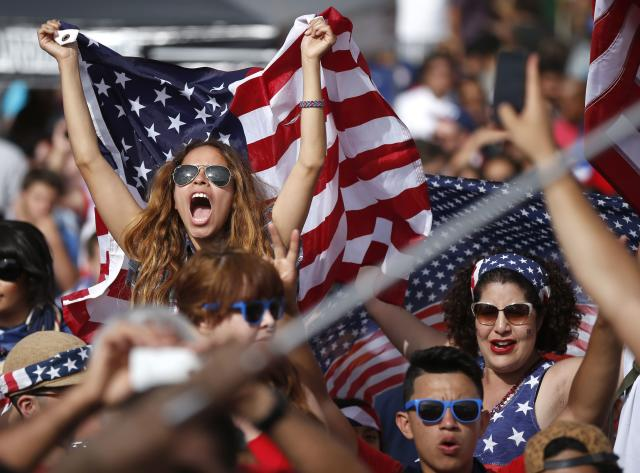 Fans cheer during the 2014 World Cup Group G soccer match between Ghana and the U.S. at a viewing party in Hermosa Beach, California June 16, 2014. REUTERS/Lucy Nicholson (UNITED STATES - Tags: SOCCER SPORT WORLD CUP)