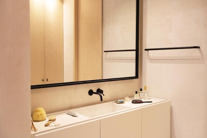 "<div class=""caption""> ""I love to keep it simple but at the same time, I love brushes and all things skincare,"" says Natalia of decorating her bathroom. ""I use Coqui Coqui [perfume] religiously—the <a href=""https://fave.co/2UTnY35"" rel=""nofollow noopener"" target=""_blank"" data-ylk=""slk:Coco Coco scent"" class=""link rapid-noclick-resp"">Coco Coco scent</a> makes me feel like I'm on holiday 24/7."" </div>"