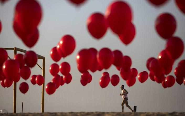 One thousand balloons were released to mark the country's Covid-19 death toll passing 100,000 - Fernando Souza/DPA