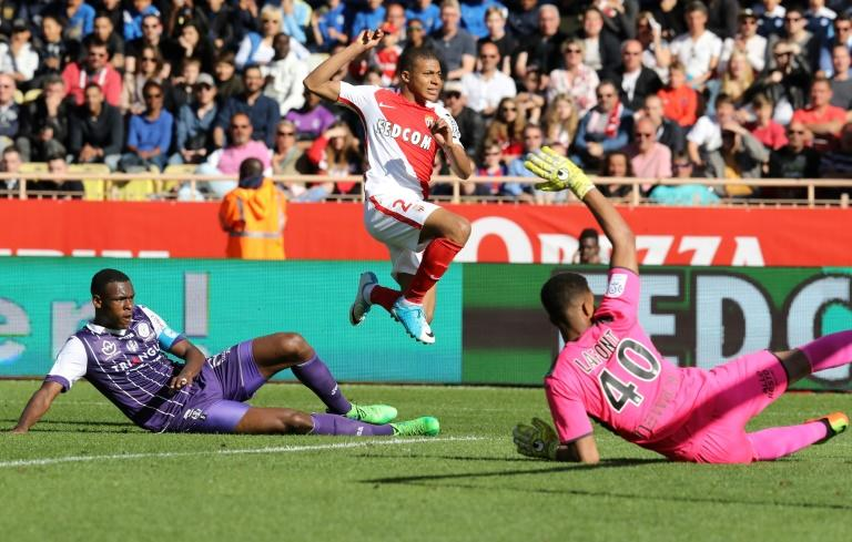 """Monaco's Kylian Mbappe Lottin (R) vies with Toulouse's Issa Diop (L) during their French L1 football match on April 29, 2017 at the """"Louis II Stadium"""" in Monaco"""