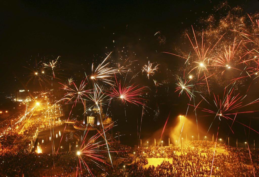 Fireworks explode above a floating mosque during New Year's Eve celebrations at Losari beach in Makassar, Indonesia's South Sulawesi province December 31, 2012.