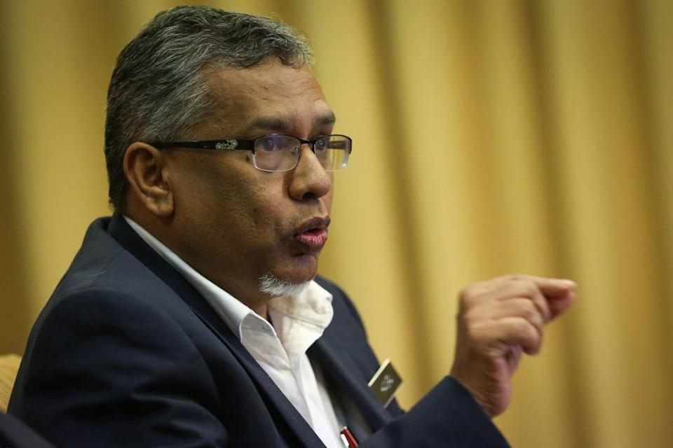 Sepang MP Mohamed Hanipa Maidin conceded that deciding to drop the money laundering-related charges was the discretion of the attorney general (AG), but said it was perplexing for MACC to accept that charges involving Datuk Seri Ahmad Maslan allegedly falsifying his statement to their investigators were also dropped. — Picture by Yusof Mat Isa