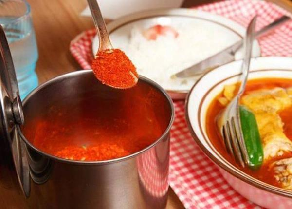 ▲You can adjust the spiciness of the curry with the masala powder on the table.