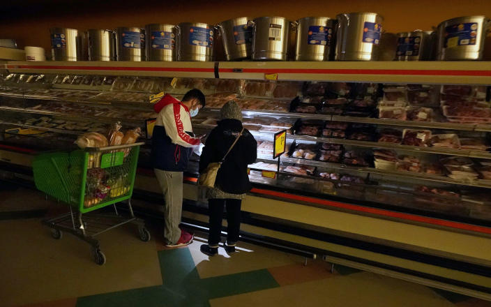 Image: A grocery store during a power outage in Dallas (LM Otero / AP file)