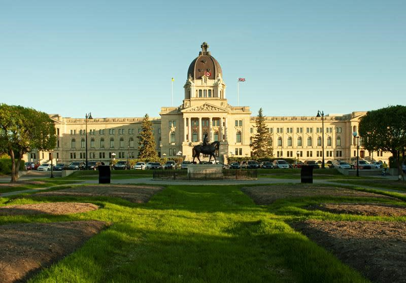 Opposition accuses Saskatchewan government of off-loading mask decision