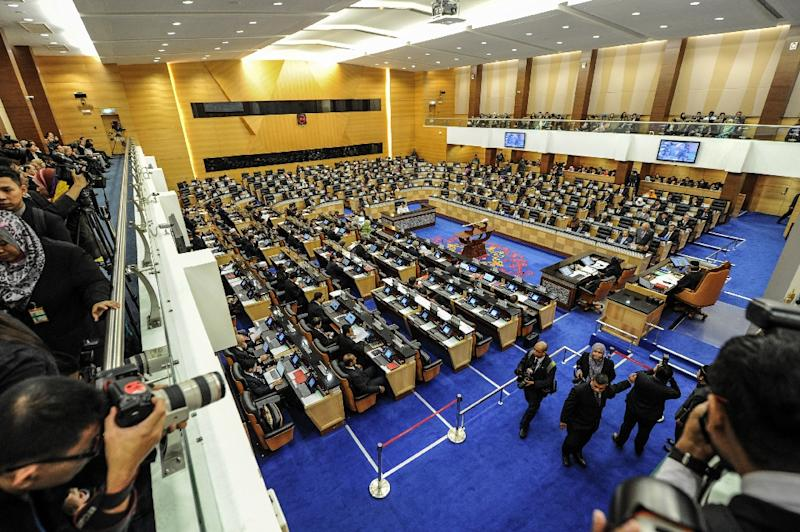 File photo shows Malaysia's Prime Minister Najib Razak (front R) delivering a speech at a parliament session in Kuala Lumpur in July 2014 (AFP Photo/Mohd Rasfan)
