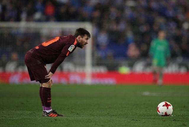 Soccer Football - Spanish King's Cup - Espanyol vs FC Barcelona - Quarter-Final - First Leg - RCDE Stadium, Barcelona, Spain - January 17, 2018 Barcelona's Lionel Messi prepares to take a free kick REUTERS/Albert Gea