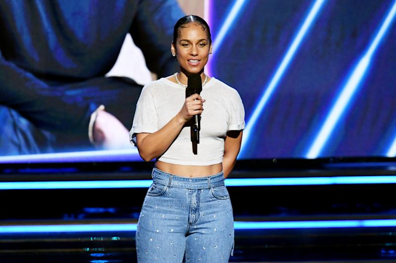 Alicia Keys let her skin take center stage at the 2020 Grammy Awards. (Photo: Getty)