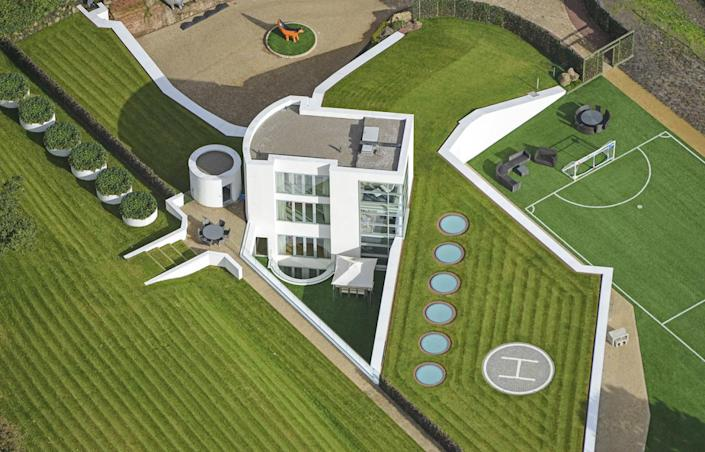 <p>The two glassy above-ground levels contain bedrooms. Below them is a third level that opens onto a triangular cut-in courtyard.<br></p>