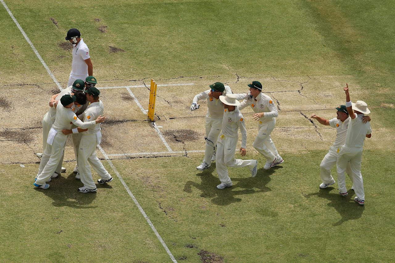 PERTH, AUSTRALIA - DECEMBER 17:  The Australia team celebrate victory and a 3-0 series win during day five of the Third Ashes Test Match between Australia and England at WACA on December 17, 2013 in Perth, Australia.  (Photo by Mark Kolbe/Getty Images)