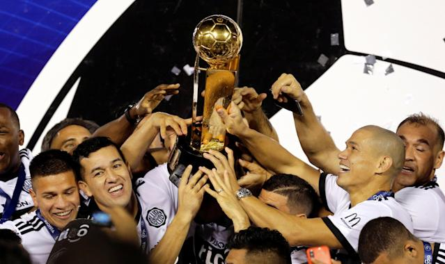 Soccer Football - Paraguayan Championship - Libertad v Olimpia Asuncion - Defensores del Chaco stadium, Asuncion, Paraguay - May 30, 2018 Players of Olimpia celebrate with the championship trophy. REUTERS/Jorge Adorno