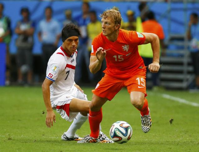 Costa Rica's Christian Bolanos (L) fights for the ball with Dirk Kuyt of the Netherlands during their 2014 World Cup quarter-finals at the Fonte Nova arena in Salvador July 5, 2014. REUTERS/Paul Hanna (BRAZIL - Tags: SOCCER SPORT WORLD CUP)