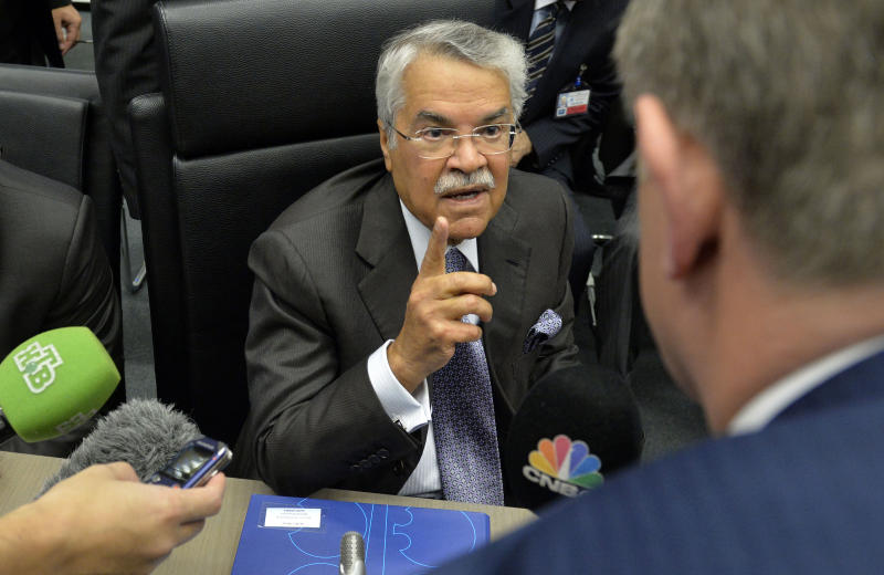 Saudi Oil Minister Ali al-Naimi speaks to journalists ahead of the 166th ordinary meeting of the Organization of the Petroleum Exporting Countries, OPEC, in Vienna, on November 27, 2014 (AFP Photo/Samuel Kubani)