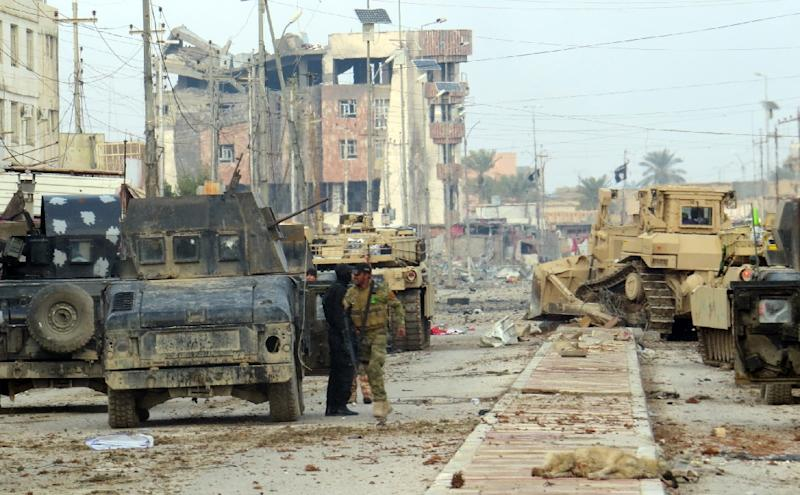 Iraqi pro-government forces fight Islamic State group jihadists in the battle to secure all neighbourhoods of Ramadi on January 1, 2016 (AFP Photo/STR)